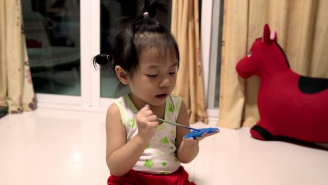 liten flicka hand målning finger hand - människofinger bildbanksvideor och videomaterial från bakom kulisserna