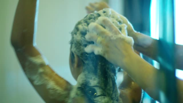 kleines mädchen glücklich mit einem bad - kinder beim duschen stock-videos und b-roll-filmmaterial