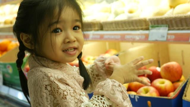 meisje met plezier winkelen in de supermarkt