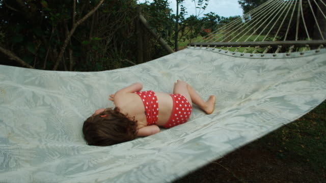 stockvideo's en b-roll-footage met little girl in a hammock - stippen