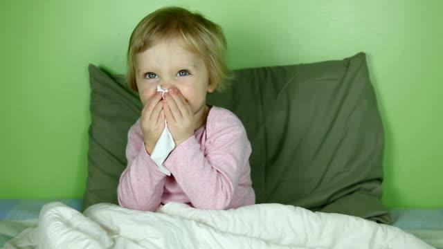 stockvideo's en b-roll-footage met little girl in bed with runny nose - verkoudheidsvirus