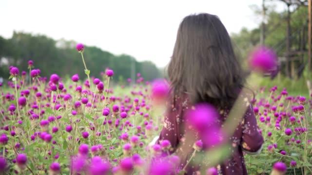 vidéos et rushes de petite fille dans le jardins fleurs violettes - famille avec un enfant