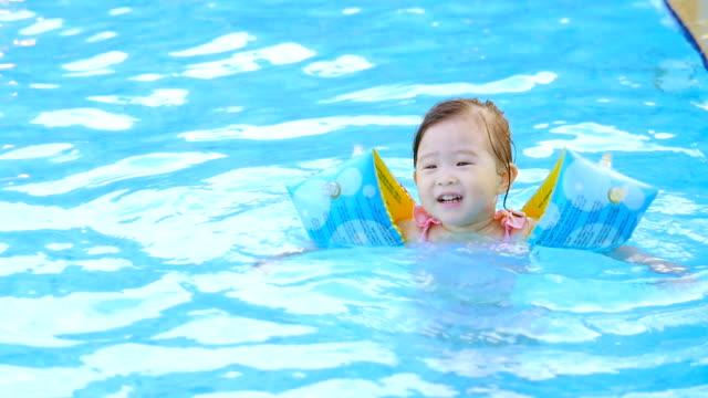 プールの少女 - 夏休み点の映像素材/bロール