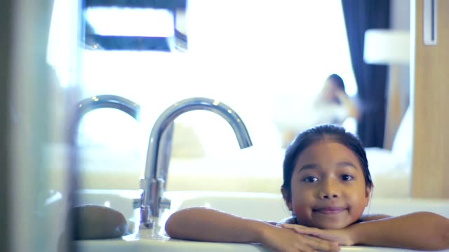 kleines mädchen in der badewanne, zeitlupe - kinder beim duschen stock-videos und b-roll-filmmaterial