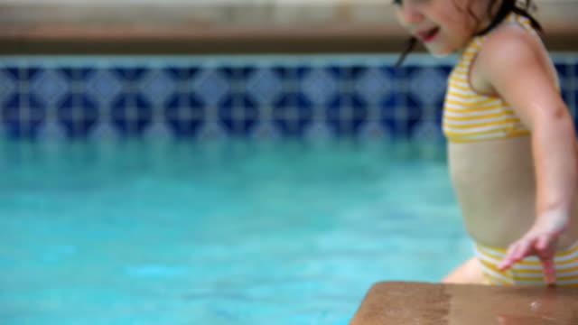 kleines mädchen im pool - haarzopf stock-videos und b-roll-filmmaterial