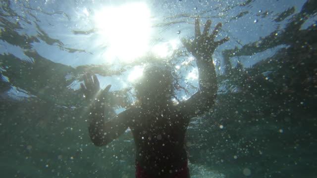 stockvideo's en b-roll-footage met klein meisje in de zee - swimwear