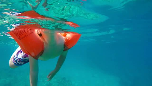 kleines mädchen im meer - schwimmflügel stock-videos und b-roll-filmmaterial