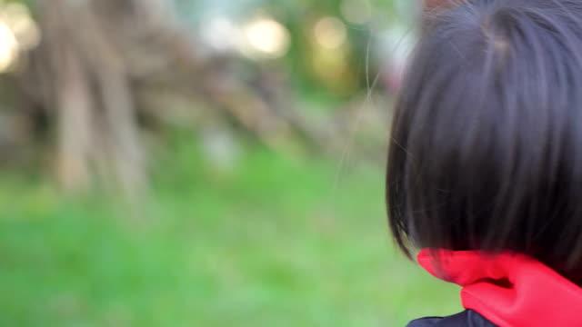stockvideo's en b-roll-footage met klein meisje in vampier kostuum poseren voor de camera, make-up als boze geesten op halloween. - graaf dracula