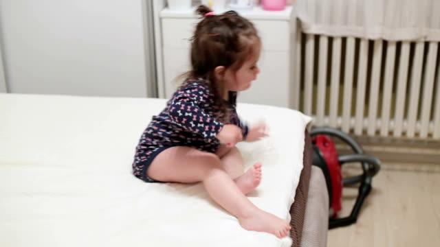 vidéos et rushes de petite fille est en baisse de grand lit, de son plein gré - seulement des enfants