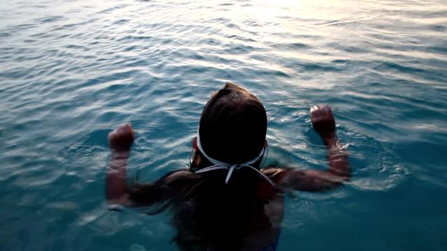 vídeos y material grabado en eventos de stock de little girl is learning to swim in the pool. - cabello mojado