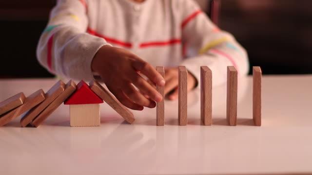 stockvideo's en b-roll-footage met het meisje speelt met houten blok thuis - blok vorm