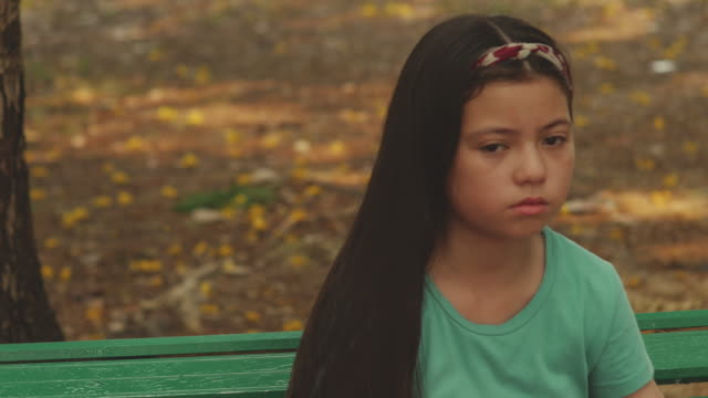 vídeos de stock, filmes e b-roll de a garotinha está de mau humor. - pátio de escola