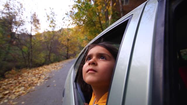 vídeos y material grabado en eventos de stock de niña está viajando mirando desde la ventana del coche - estación entorno y ambiente