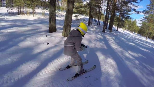小さな女の子はスキーインストラクターとスキーを学びます - ゲレンデ点の映像素材/bロール