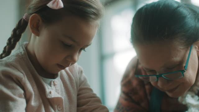 陶器陶芸教師からホイールを使用する方法を学ぶ少女 - 陶芸家点の映像素材/bロール