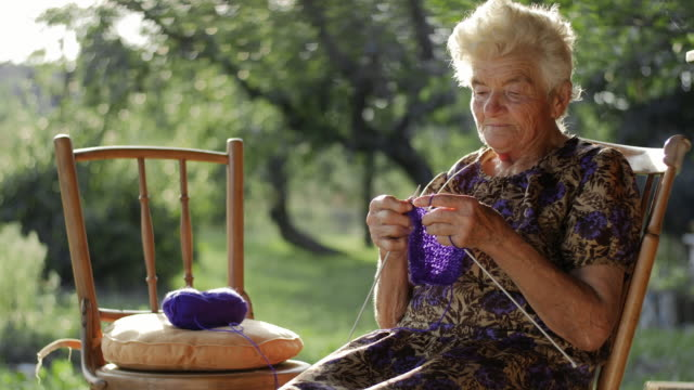 vídeos y material grabado en eventos de stock de una niña aprender a tejido de su abuela - tejer