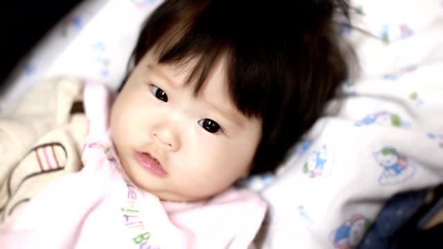 kleines mädchen blick in die kamera - nur babys stock-videos und b-roll-filmmaterial