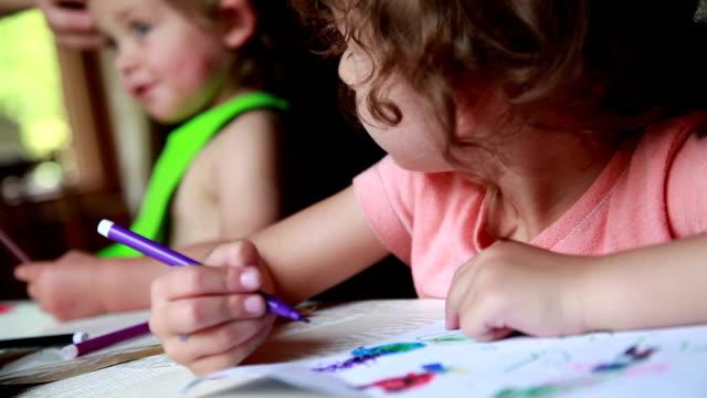 vídeos y material grabado en eventos de stock de niña mirando a su hermanita con celos - dibujar