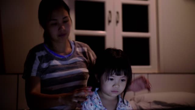 little girl(4-5 years) looking at laptop on bed - 4 5 years stock videos & royalty-free footage