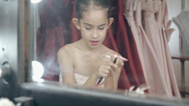 kleine mädchen make-up künstler make-up mit video und vlog zu hause - little girl webcam stock-videos und b-roll-filmmaterial