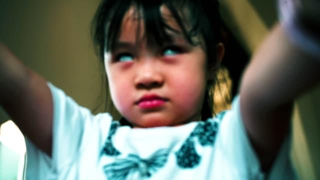 怖い顔を作る少女 - 幽霊点の映像素材/bロール