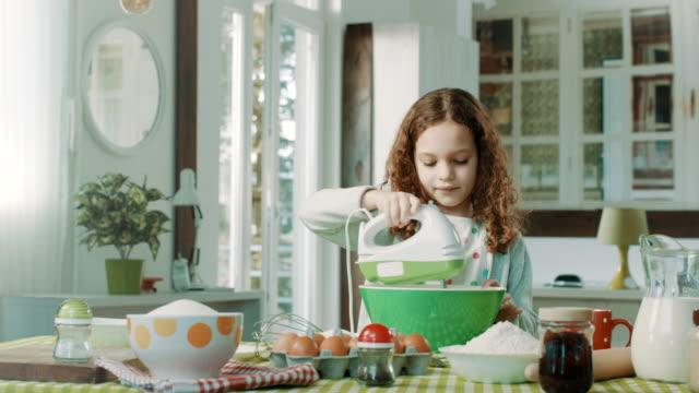 vídeos y material grabado en eventos de stock de niña en cocina - cocina electrodomésticos