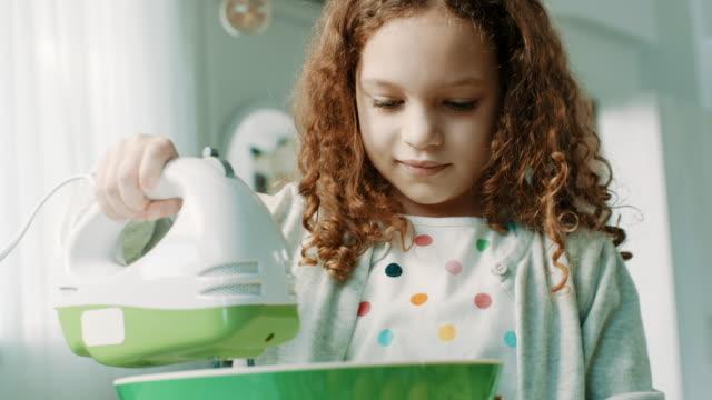 vídeos y material grabado en eventos de stock de niña en cocina - rebozado