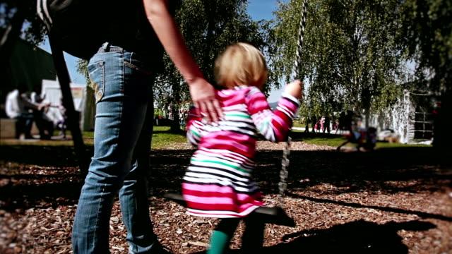 hd :少女のスイング - ブランコ点の映像素材/bロール