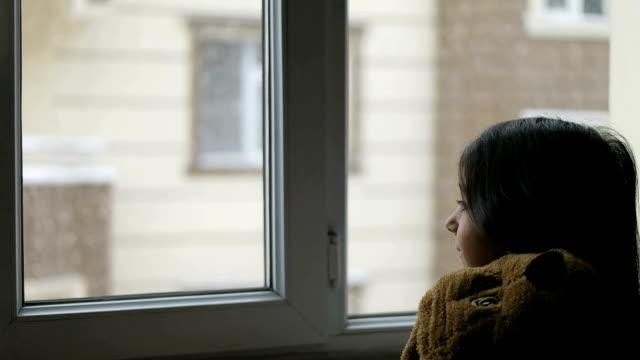少女の窓枠 - 見つめる点の映像素材/bロール