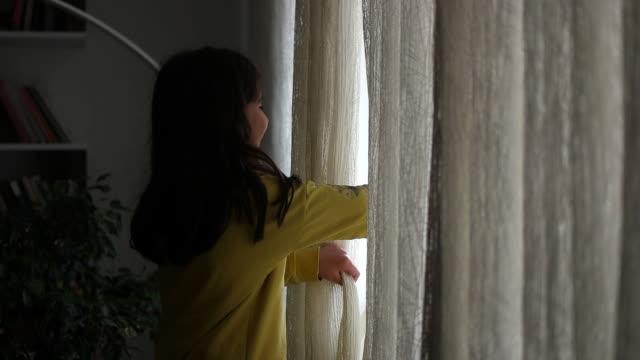 kleines mädchen öffnet den vorhang - wohngebäude innenansicht stock-videos und b-roll-filmmaterial
