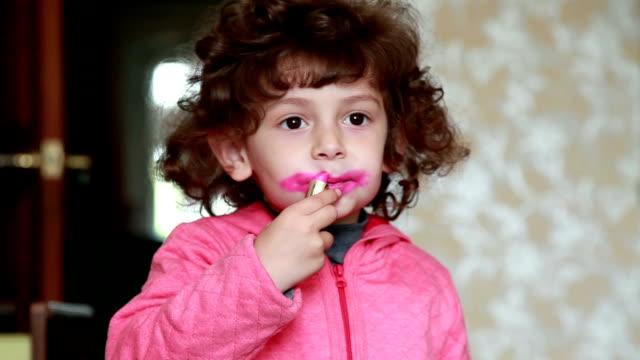vídeos de stock, filmes e b-roll de menina, pintar os lábios com batom - batom