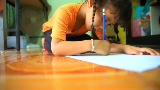 vídeos y material grabado en eventos de stock de niña pintando en peper. movimiento de cámara slider dolly. - escuela preescolar
