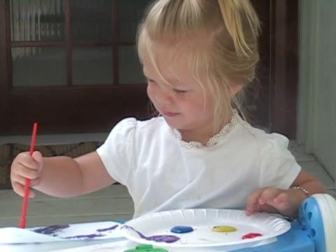 little girl paints a picture. - endast flickor bildbanksvideor och videomaterial från bakom kulisserna