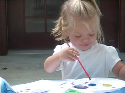 stockvideo's en b-roll-footage met little girl paints with the color blue. - alleen meisjes