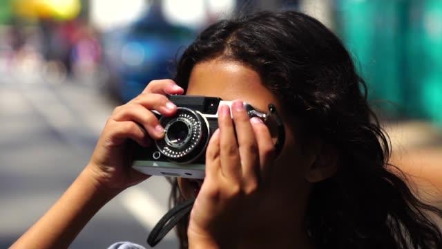 少女レトロなカメラで撮影 - 10歳から11歳点の映像素材/bロール