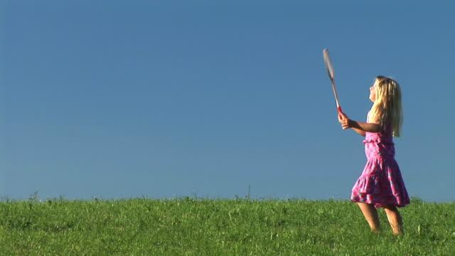 vidéos et rushes de hd : petite fille jouer au badminton - badminton sport