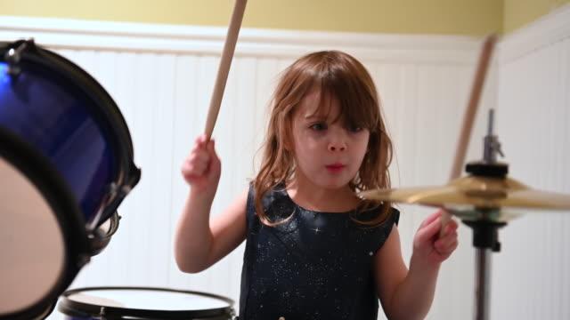 kleines mädchen spielt trommel - trommel stock-videos und b-roll-filmmaterial