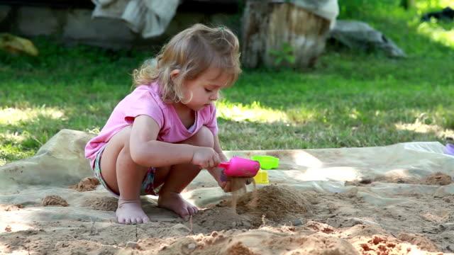 vidéos et rushes de petite fille jouant dans l'arrière-cour - aire de jeux
