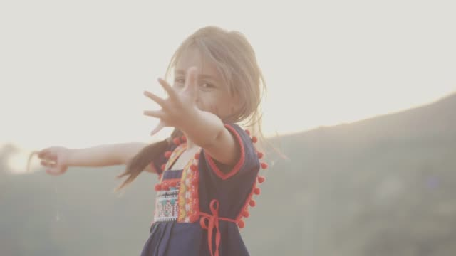vídeos de stock e filmes b-roll de little girl playing in the fields - braços no ar