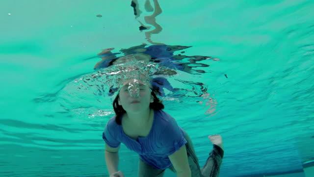 vídeos de stock, filmes e b-roll de menina brincando na piscina - prendendo a respiração