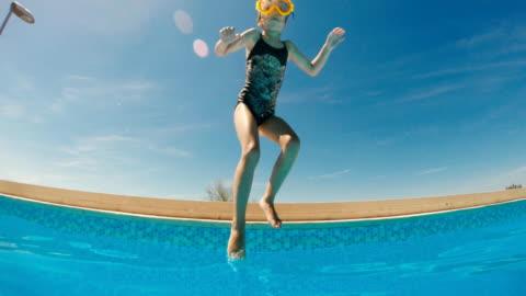 stockvideo's en b-roll-footage met meisje spelen in het zwembad van het resort - babymeisjes