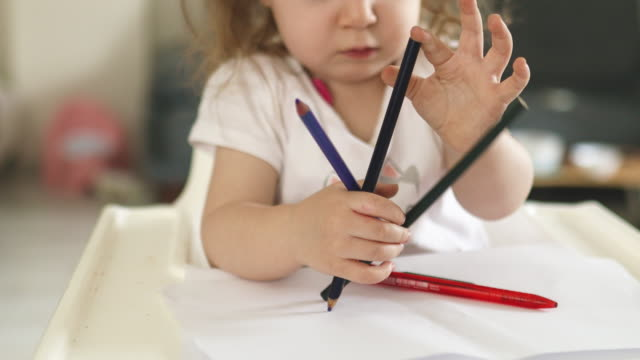 vídeos de stock, filmes e b-roll de menina jogando lápis - bebês meninas
