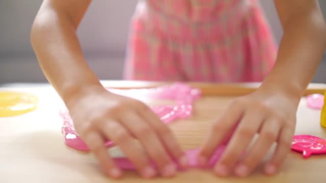 liten flicka spelar slem i vardagsrum hemma - slimy bildbanksvideor och videomaterial från bakom kulisserna
