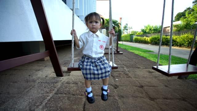 ws: kleines mädchen spielen swing - vorschulkind stock-videos und b-roll-filmmaterial