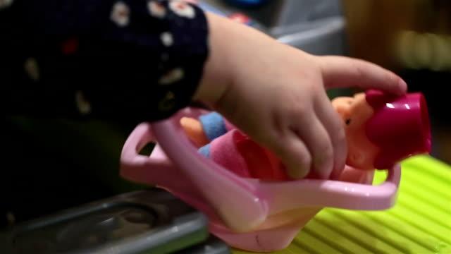 vídeos y material grabado en eventos de stock de niña jugando con una muñeca. - brazo humano