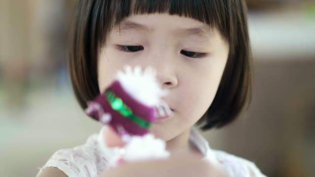 kleines mädchen mit einem puppen spielen - puppe stock-videos und b-roll-filmmaterial