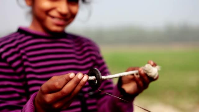 オーディオ カセットで遊ぶ少女。 - indian ethnicity点の映像素材/bロール