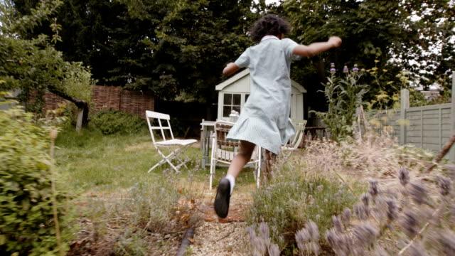 vidéos et rushes de petite fille jouant avec leurs parents dans la cour - services sociaux