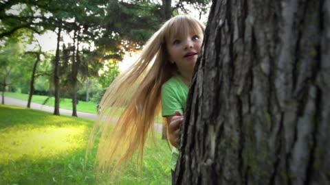 vídeos y material grabado en eventos de stock de niña juega escondite - esconder