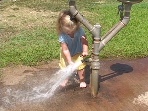 little girl plays in the water. - endast flickor bildbanksvideor och videomaterial från bakom kulisserna